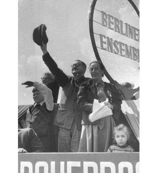 Bertolt Brecht e Helene Weigel (1954)